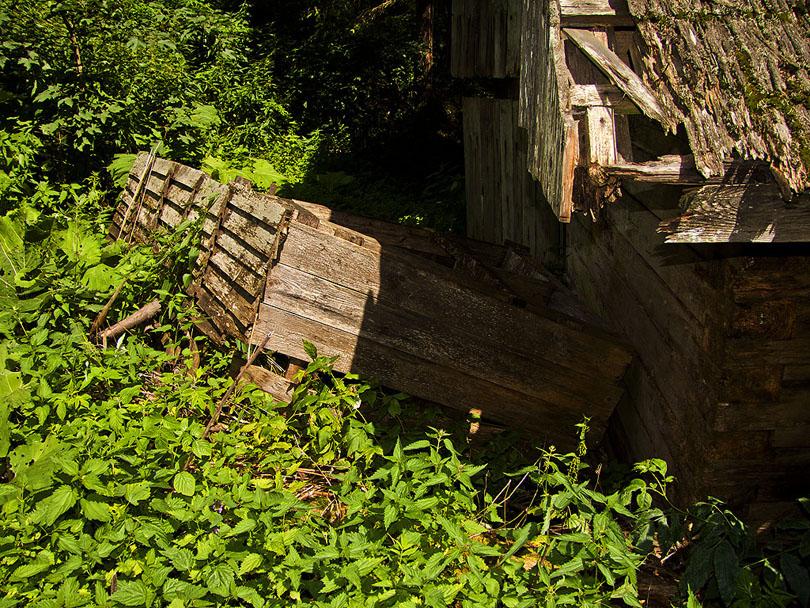 Za ňou sa nachádza i keď v troskách ešte po toľkých rokoch latrínka!