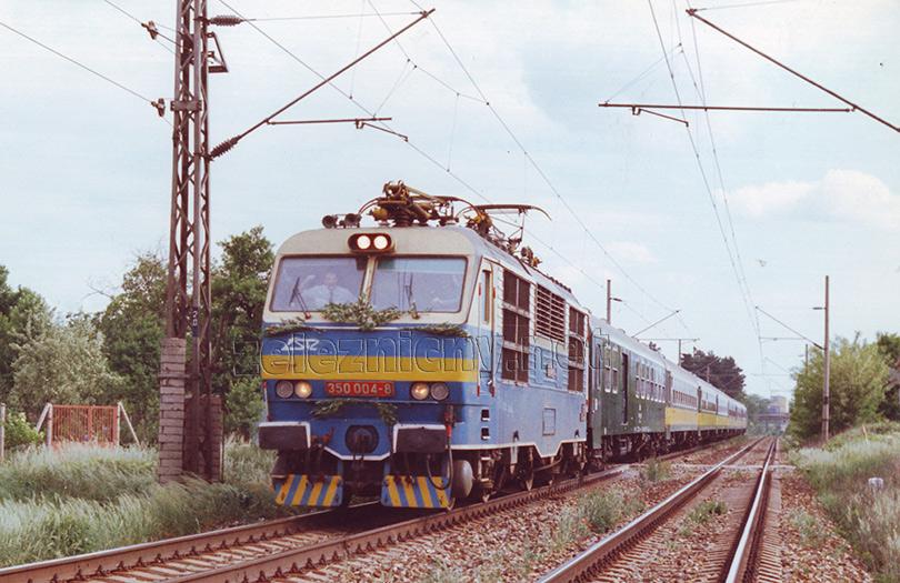 Ex 170 Vyšehrad v plnej jazde za Malackami. Foto: Ján Tichý.