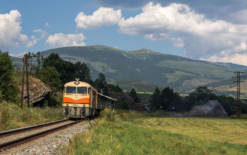 Vlak napreduje ďalej a my sme ho počkali v Heľpe pri známej skale aj s pohľadom na Kráľovu Hoľu.(Foto:Duko)