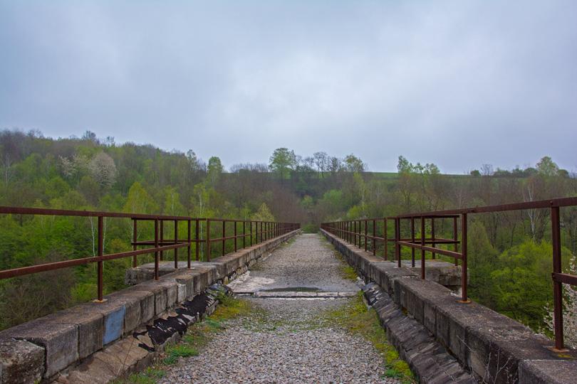 120 metrov dlhý, železobetónový Koprášsky, alebo aj Mníšanský viadukt.