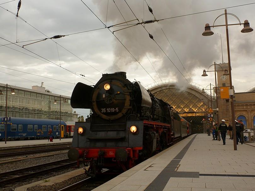 je presne 9. hodín ráno a za zvuku parnej píšťaly sa zvláštny parný vlak vydáva do cieľa svojej cesty