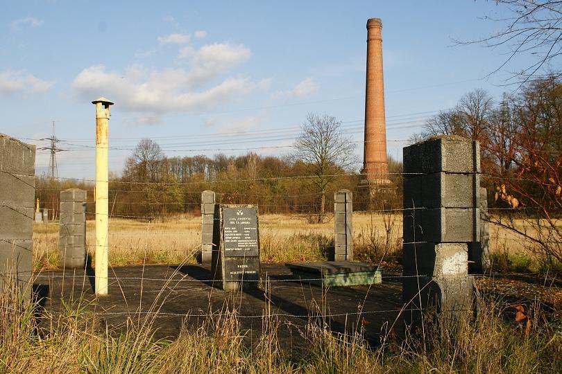 Pozostatky po bývalej šachte Jindřich. dnes už len cintorín.
