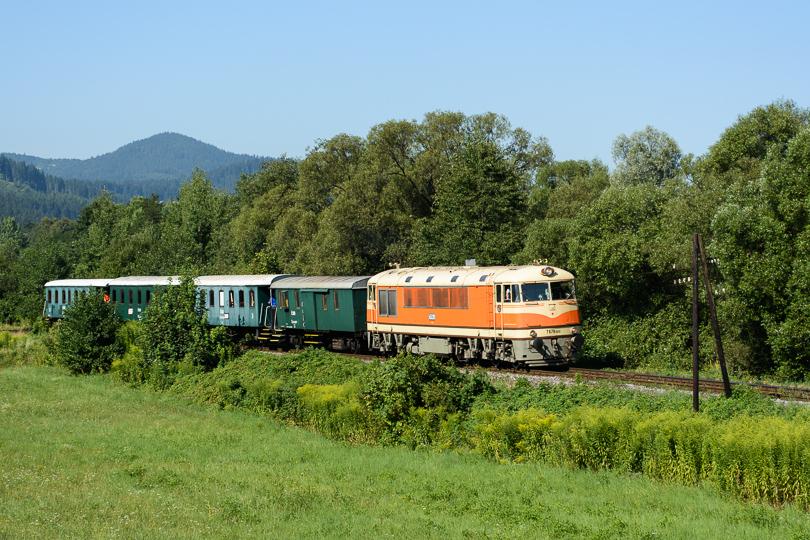 Mohutný zvuk motora sa ozýva dolinou pri dedinke Lopej.(Foto:AladaR)