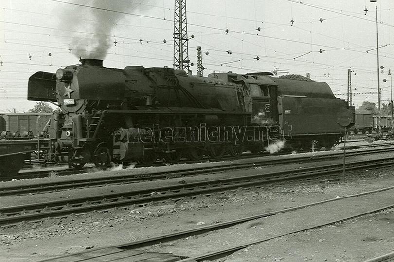 Lokomotiva 556.0200 s pracovním vlakem ve stanici Praha Vršovice dne 6. 6. 1973.