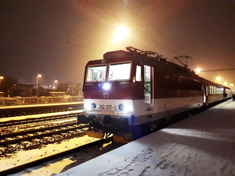 V stanici Pezinok mašinka obehla súpravu a zapózovala vo svetle staničného osvetlenia pred odchodom vlaku 3046 do Malaciek.
