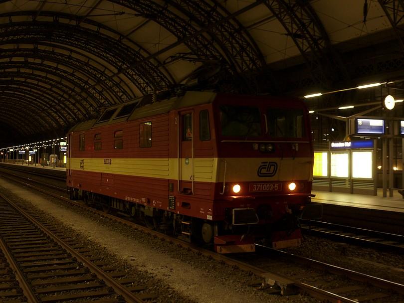 pražský bastard 371.003 počas posunu očakáva na svoj vlak